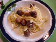 Käsespätzle mit Mettbällchen und Champignons - Rezept
