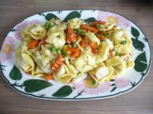 Pasta  :  Tortilini an Buttergemüse mit geriebenem Käse - Rezept