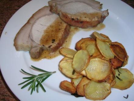 Schweinebraten in Rosmarinsoße und krossen Rosmarin-Bratkartoffeln - Rezept