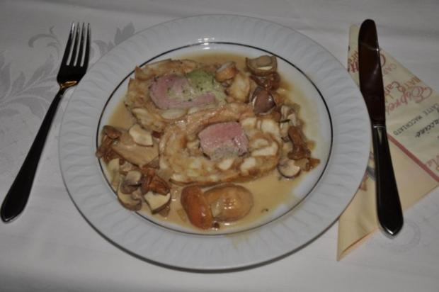 Schweinelende im Semmelknödelmantel mit Pilzsauce - Rezept - Bild Nr. 3
