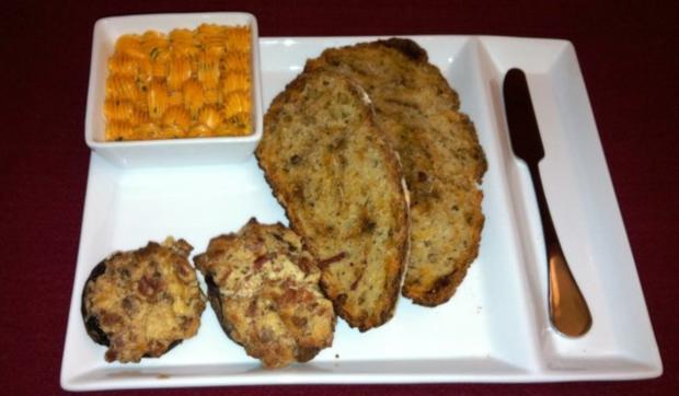 Brot mit Asiagokäse und Tomatenpesto, Tomaten-Knoblauchbutter und gefüllte Champignons - Rezept