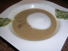 Steinpilz-Cappuccino-Süppchen mit Parmesan-Petersilien-Chip - Rezept