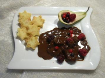Rehbraten an dunkler Schokoladen-Burgunder-Sauce und Waldbeeren - Rezept