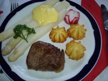 Rinderfilet mit Spargel, Herzoginnenkartoffeln und Sauce Hollandaise - Rezept