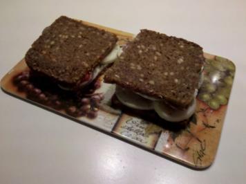 Abendbrot: Schnelles Abendbrot mit Ei, Ajvar und Zwiebel - Rezept