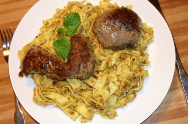 Lammfilet an Dattel-Maroni-Pesto - Rezept