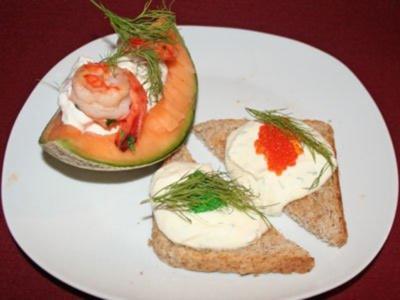 Kaviar auf Dill-Toast, dazu gefüllte Melonenspalten - Rezept