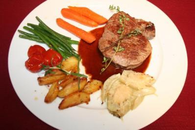 Filet vom Charolais mit Fenchel, glasiertem Gemüse und Kartoffelspalten auf Barolosauce - Rezept
