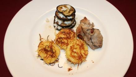Italienische Roulade an Auberginen-Feta-Türmchen und Knusperplätzchen - Rezept