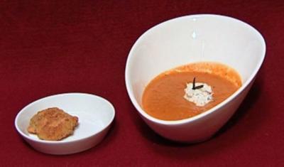 Tomaten-Mango-Suppe mit Zitronenthymian-Sahne und Brötchen à la Sina (Miriam Pede) - Rezept