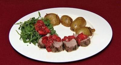 Schweinefilet im Salbei-Rosmarin-Mantel mit Erdbeer-Salsa auf Rucolasalat (Miriam Pede) - Rezept