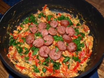 Paprika-Rührei mit Bratwurstscheiben      (Oeufs brouillés avec saucisse et poivrons) - Rezept