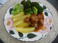 Küchenfee - Rezepte : Gedämpfte Kartoffeln und Broccoli mit Zwiebelgulasch vom Schwein - Rezept