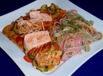 Lachsfilet auf Zucchini-Paprikagemüse und Tagliatelle (5farbig) - Rezept