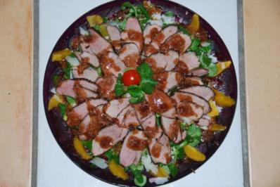 Entenbrusttranchen auf Feldsalat umzingelt von Rote Beete-Carpaccio - Rezept