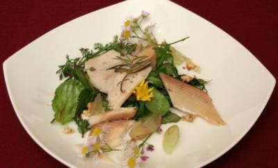 Murgtal-Forelle an wildem Weinbergsalat mit Holunderbeeren-Balsamico - Rezept