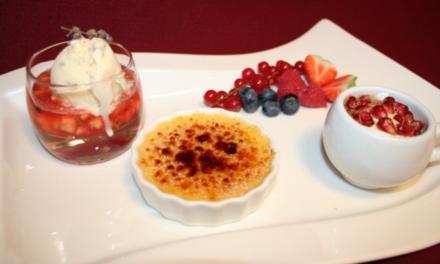 Mini-Erdbeer-Ananas-Ragout mit Lavendeleis, dazu Mini-Crème brûlée und Granatapfel - Rezept