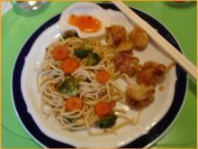 Ausgebackene Hähnchennuggets mit Gemüsenudeln - Rezept