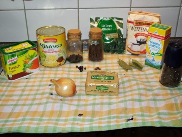 Sauerkraut mit Knöchlen, Schälrippchen, Blutwürstlen, Leberwürstchen und Schupfnudeln. - Rezept