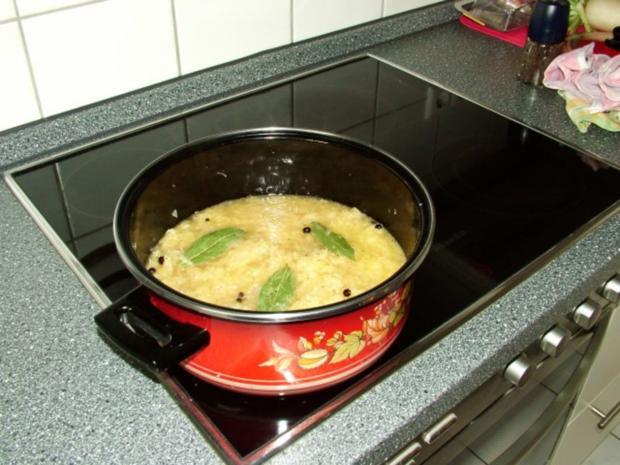 Sauerkraut mit Knöchlen, Schälrippchen, Blutwürstlen, Leberwürstchen und Schupfnudeln. - Rezept - Bild Nr. 3