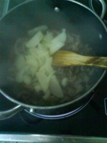 Gemüsiges Geschnetzeltes von Schwein und Rind mit in Nußbutter geschwenkten Kräuterknödeln - Rezept - Bild Nr. 4