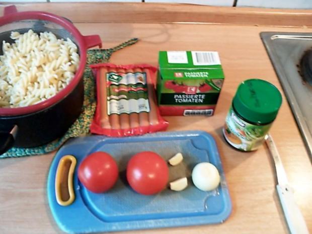 Spirelli in Tomatensosse mit Würstchenigel - Rezept - Bild Nr. 2