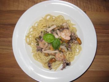 Meeresfrüchte mit Weißwein-Kräuter-Soße auf Spaghetti - Rezept