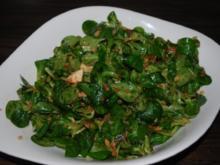 Feldsalat mit Mozzarella, getrockneten Tomaten und Pinienkernen - Rezept