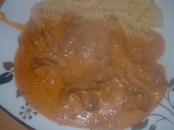 Zwiebelgeschnezeltes in Paprika-Käsesauce - Rezept