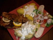 Schweineschnitzel mit Blumenkohl, Salzkartoffeln und einem herzhaften Tomatensalat - Rezept