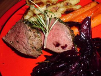 Rinderfilet im Kräutermantel an Rotweinschalotten und glasierten Möhren - Rezept