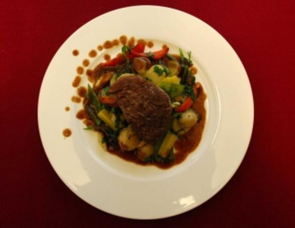 Rinderfilet auf jungem Gemüse und Grenaille-Kartoffeln (John Jürgens) - Rezept