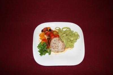 Thunfischsteak an Tomaten, Oliven und Sardellenfilets mit Spinat-Tagliatelle - Rezept
