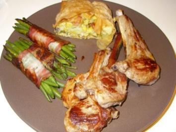 Lammkotelettes mit Speckbohnen und Kartoffellauchstrudel - Rezept