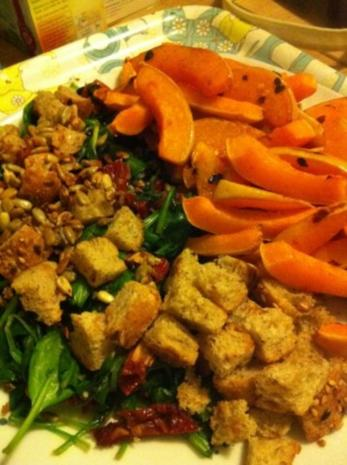 Gegrillter Butternut Kürbis mit Spinatsalat und gerösteten Sonnenblumenkernen - Rezept
