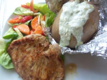 Marinierte Putenbrust mit buntem Salat und Dicken Dingern - Rezept