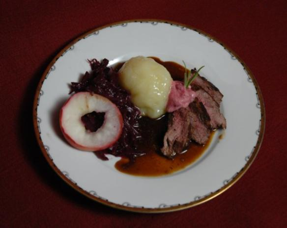 Rehrücken mit Thüringer Klößen und Apfelrotkraut (Thüringen) - Rezept