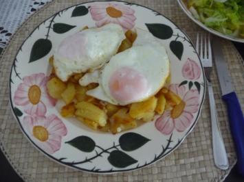 Resteverwertung : 2 Eier auf Bratkartoffeln mit Salat - Rezept