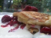 Buttermilch-Pancakes mit Quark-Sahne-Creme und Himbeersauce - Rezept