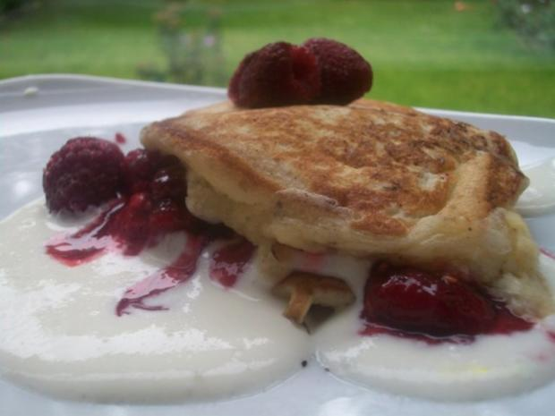 Buttermilch-Pancakes mit Quark-Sahne-Creme und Himbeersauce - Rezept - Bild Nr. 2