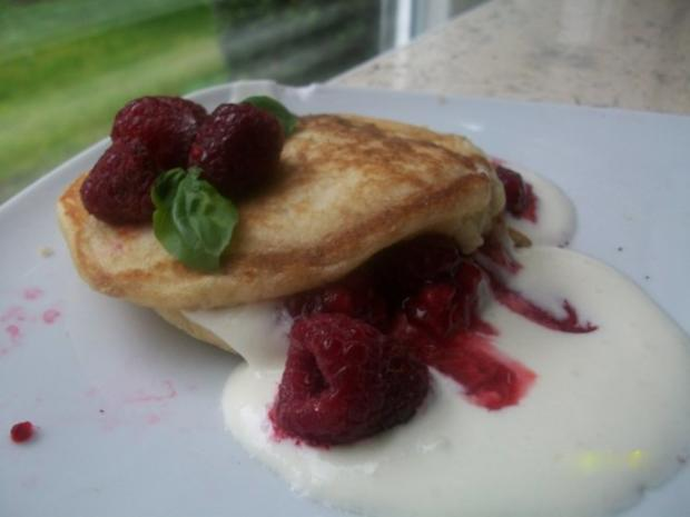Buttermilch-Pancakes mit Quark-Sahne-Creme und Himbeersauce - Rezept - Bild Nr. 3