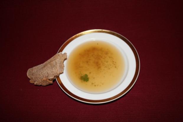 Gemüsebrühe, dazu Sauerteigbrot - Rezept
