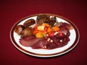 Lammbraten, Kürbisgemüse, Rosmarinkartoffeln, dazu Apfel-Rote-Bete-Salat mit Pinienkernen - Rezept
