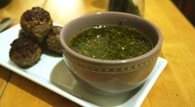 Rinderhackbällchen mit Chimichurri-Sauce - Rezept