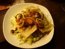 Salat mit Maultaschen und Röstzwiebeln - Rezept