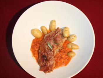 Saltimbocca auf Tomatensugo, dazu Backkartoffeln - Rezept