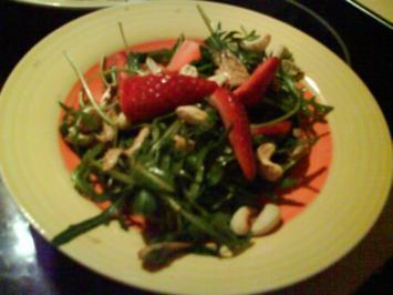 Erdbeer-Mozarella-Rucolasalat mit gerösteten Cashewkernen - Rezept