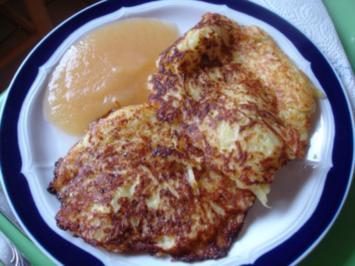 Rezept: Selbstgemachter Kartoffelpuffer und selbstgemachtes Apfelmus