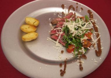 Rinderfiletscheiben mit Rucola, Tomaten und Bratkartoffeln - Rezept