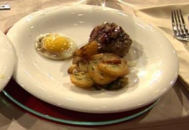 Berliner Buletten mit Röstkartoffeln und blindem Setzei à la Kleeberg - Rezept